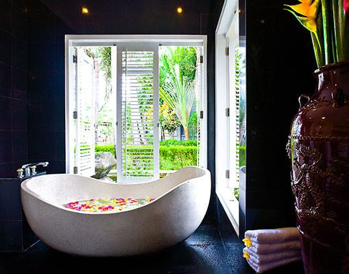 Villa Puri Nirwana - Master ensuite bathtub